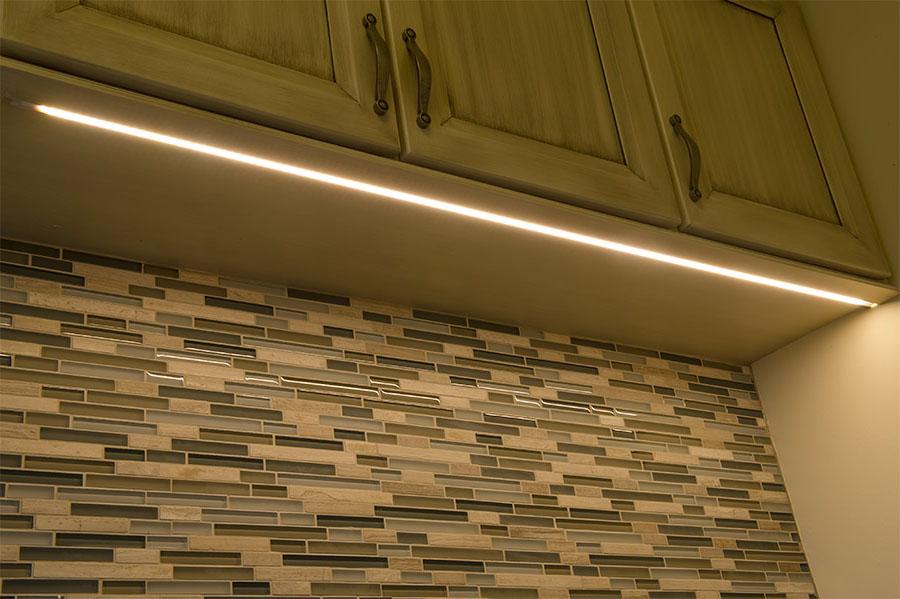 светодиодная лента под кухонным шкафом в алюминиевом профиле